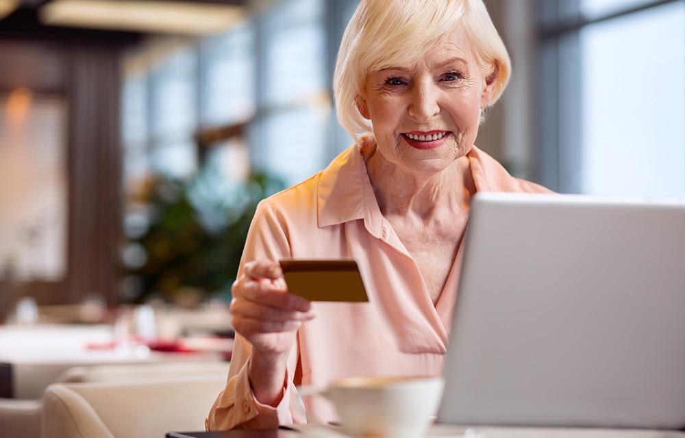 Mulher faz compras a distância pela internet - 60 mais