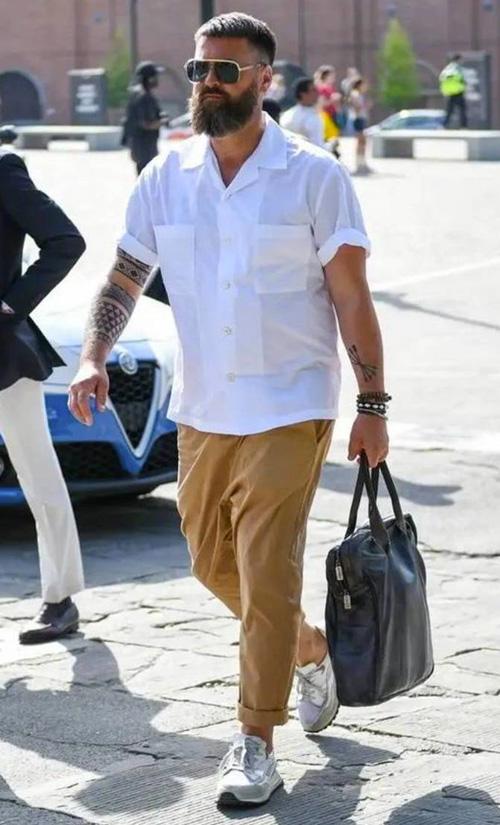 Como usar camisa branca e calça caqui - 60+